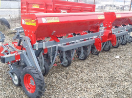 Cultivator prasitor cu fertilizare